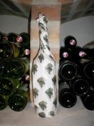 Wein in Geschenkspapier gewickelt